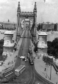 Amazing Vintage Pictures Show the Change of the Elisabeth Bridge in Budapest Before World War II Vintage Pictures, Old Pictures, Old Photos, Budapest City, Budapest Hungary, Vintage Architecture, Eastern Europe, Tower Bridge, Historical Photos