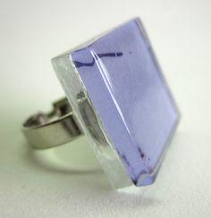 anel de vidro  incolor / LILÁS  base metal n 19  2,5 x 2,5cm R$25,00