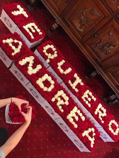 Aranjament florar compus din 14 elemente, fiecare semnificand cate o litera.  Trandafiri criogenati albi si rosii. Roses Luxury, Luxury Flowers, Black And White Roses, Pink And Gold, Orange Roses, Purple Roses, Stock Wedding Bouquet, Stock Box, Stock Flower