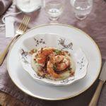 I gamberoni su crema di fave secche e pancetta dolce sono uno sfizioso antipasto di pesce. Scopri la semplice ricetta su Sale&Pepe.