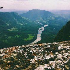 Com uma trilha de puras belezas, o Pico Agudo que situa-se no Distrito de Lambari na região de Sapopema tem seus 1.100 metros de altitude. Com uma caminhada de nível médio, é perfeito para quem gosta de contemplar lindas paisagens, como do topo que a vista é do Rio Tibagi que corta todo o vale.  Pode-se acampar no local admirando um pôr do sol de tirar o fôlego, e logo ao amanhecer a vista é de nuvens a linha do olhar.  #aventure #aventura #aventureiros #aventureirosbr #nature #natureza…