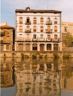 La ribera de Zorrozaurre nos transmite el Bilbao más industrial, el de los grandes astilleros, la metalurgia y el carbón.
