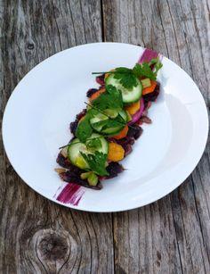 Rumsteck de bœuf et réduction de vin, pickles de légumes et sauce béarnaise