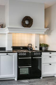 Mat witte keuken in landelijke stijl. Met fornuis en grote schouw. De keuken is op maat gemaakt en afkomstig van ons merk Residentic. Bekijk meer foto's op onze website! #keuken #wit #wittekeuken #matwit #mattekeuken #matwittekeuken