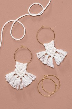 You can use macramé to make beautiful pieces of jewellery! Getting started with macramé can be a little complicated at first, but once you've figured out the knots, it's so much fun that you won't want to quit. A pair of hand-tied macramé earrings is the perfect gift for a friend, but make an extra pair for yourself, too! Check out how to make your own macramé earrings in our video tutorial. Macrame Earrings, Crochet Earrings, Make Your Own, Make It Yourself, How To Make, Homemade Jewelry, Jewellery Diy, Gifts, Inspiration