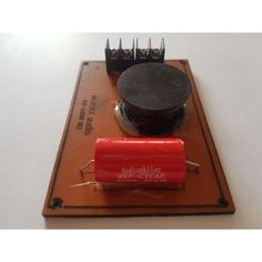 Filtro pasivo pasa altos para motores de compresion o tweeter con un maximo 200 vatios RMS a 8 Ohms Con este filtro pasivo conseguimos unos agudos con unas frecuencias a partir de 6 Khz