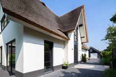 Eigentijds landhuis - Laat je inspireren door onze opgeleverde woningen Thatched Roof, Doors, Inspireren, Outdoor Decor, Beautiful, Home Decor, Decoration Home, Room Decor, Home Interior Design
