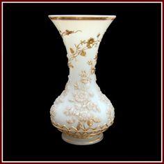 BACCARAT - Vaso de opalina francesa branca, com relevos florais e contornos em dourado. França. Séc. XIX. 34,5 cm. Base R$3.000,00 / 5.000,00