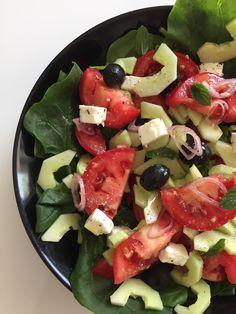 Imprimer cette recette J'adore les salades en cette saison et avec ses températures ! Voici ma salade grecque légère et bien copieuse Ingrédients pour 2 personnes 5 propoints par personne (weight watchers) 5 Smartpoints par personne (weight watchers) – 1 petit concombre -3 tomates – 60 g de féta – salade verte … Voir la recette →
