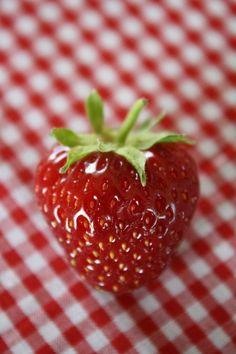Roser er røde, violer er blå, jordbær er søde og du er lige så.. <3
