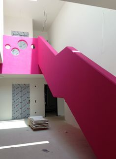 Baustelle Kita, Foyer Treppe ... so langsam kommt Farbe ins Spiel