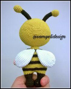 Aaaah vız vız vız … 🐝 Are we so cute? Crochet Dollies, Easter Crochet, Crochet Doll Pattern, Crochet Patterns Amigurumi, Amigurumi Doll, Knitting Patterns, Crochet Baby, Doll Patterns Free, Free Pattern