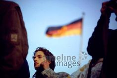 Mauerfall in Berlin, 1989 Johannes Vester/Timeline Images #1980er #1980s #80er #80s #Flagge #Wiedervereinigung #DDR #Maueröffnung #Grenzöffnung #Reunion