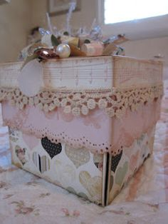 Outside of explosion box. Doesn't link to exact project but website has great explosion box ideas Exploding Gift Box, Box Cards Tutorial, Fun Crafts, Paper Crafts, Explosion Box, Shabby Chic Crafts, Flip Cards, Magic Box, Antique Boxes