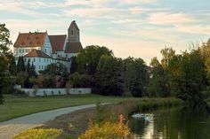Schloss Gablingen.1527 erwarben die Fugger von Sebastian von Knöringen die südlich an die Herrschaft Biberbach angrenzende Herrschaft Gablingen mit dazugehörendem Schloss, das gemeinsam mit der Kirche St. Martin einen imposanten Anblick bildet. Die unmittelbare Verbindung von Schloss und Kirche zeugt vom kirchlichen und weltlichen Zentrum der ehemaligen Fuggerschen Herrschaft Gablingen.