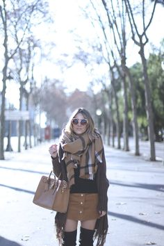 LOOK CON FALDA CÁMEL Y BOTAS POR ENCIMA DE LA RODILLA  Camel skirt with Over the knee boots and maxi scarf  fashion blogger street style