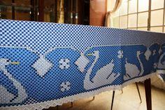 Na casa da minha mãe tem essa toalha feita por ela. O bordado espanhol conhecido aqui como bordado xadrez é bem simples e fácil de fa...
