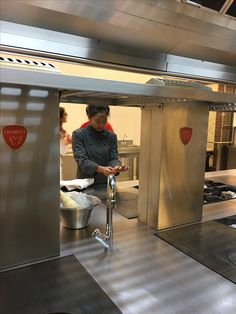 Keittiössä on kylmä ja Puken käsiä palelee. Kädet on pestävä säännöllisesti.