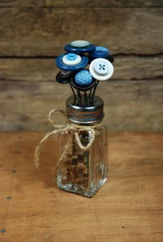 DIY: Button Flower Bouquet Tutorial - easy project using Dollar Store salt and pepper shakers, wire buttons. Button Bouquet, Button Flowers, Diy Buttons, Vintage Buttons, Buttons Ideas, Crafts With Buttons, Dollar Store Crafts, Dollar Stores, Thrift Stores