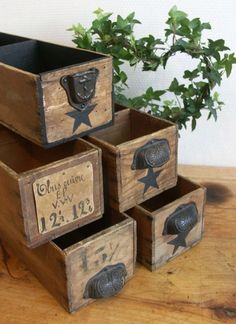 Love the prim look on these sewing machine drawers Wood Crates, Wood Boxes, Wood Pallets, Pallet Wood, Pallet Barn, Pallet Boxes, Old Wooden Boxes, Pallet Projects, Diy Projects