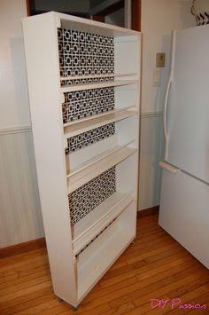 Sådan laver du er lille kolonialskab til køkkenet. DIY slide out pantry on wheels.