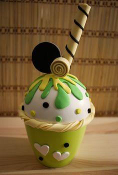 Hoy te presento un nuevo diseño de cajita joyero con forma de cupcake helado. Lo he hecho totalmente a mano utilizando goma EVA. En este cupcake, la base es la nata, que está acompañada de una capa…