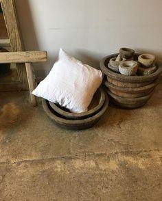• Økologisk stonewashed hør pude m. Lækker inderpude 349,- | Unica træbalje til 749,- | Cool sten krukke fra 249,- | • #showroomirisskov #handmade #vintage #stenkrukke #raw #interior #indretning #inspiration #webshopcomingsoon #wood #bolig #interiordk @interior.dk