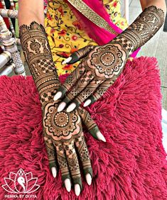 94 Easy Mehndi Designs For Your Gorgeous Henna Look Henna Hand Designs, Indian Henna Designs, Wedding Mehndi Designs, Best Mehndi Designs, Arabic Mehndi Designs, Beautiful Henna Designs, Simple Mehndi Designs, Mehndi Designs For Hands, Wedding Henna