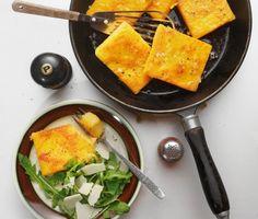 Polenta är italienska för majs och används för gröt, pudding och bröd. Detta grundrecept på polenta blir matigare och smakrikare med riven parmesanost i. Koka gröten, bred ut till en slät tårta och låt stelna i kylen. Skär polentan i bitar och stek.