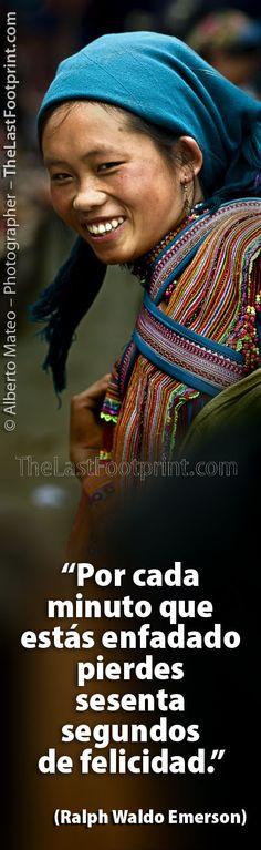 """Por Alberto Mateo, Fotógrafo de Viajes.  """"Por cada minuto que estás enfadado pierdes sesenta segundos de felicidad"""".Mujer Hmong con nino a la espalda, montañas de Bac Ha, Vietnam."""