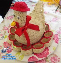 Galinha feita de croche com porta ovos no prato com capacidade para uma dúzia. TAMANHO: ALTURA(total):18cm LARGURA DA GALINHA:12cm DIÂMETRO DO PRATO:27cm  Enchimento com manta acrilica, pode ser feito em qualquer cor. R$ 40,00