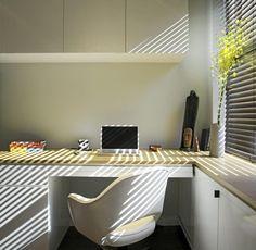 Arbeidsrommet har rene flater og fremst�r som sv�rt ryddig. Noen f� utvalgte pyntegjenstander f�r plass p� pulten som strekker seg over til � bli en del av vinduskarmen.