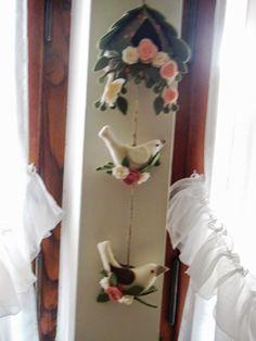 Ciao a tutti !!!! Primo post di Primavera da Vicenza!!!!!! Si proprio così, un post ricco di emozioni .Sono felicissima di non essermi ... Felt Toys, Felt Ornaments, Ladder Decor, Projects To Try, Biscuit, Decoration, Door Hangings, Wreaths, Scrappy Quilts