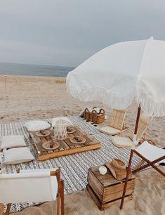 Beach Bonfire, Beach Picnic, Summer Picnic, Picnic Essentials, Picnic Decorations, Summer Aesthetic, Beach Aesthetic, Modern Style Homes, Eclectic Decor