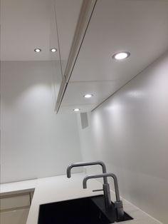 LED-spots under overskabe og i loftet
