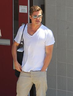brad pitt in white tee urban men white tee magic street style fashion Jennifer Aniston, Oklahoma, Vivienne Marcheline Jolie Pitt, Brad Pitt Style, Brad Pitt Hair, T Shirt Picture, Most Stylish Men, Stylish Man, Brad Pitt And Angelina Jolie