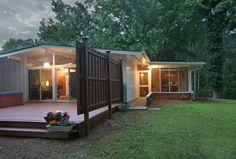 Kickass house and nice yard. In my dreams, yo! Mid Century Ranch, Mid Century House, Modern Ranch, Mid-century Modern, Modern Homes, Mobile Home Exteriors, Mid Century Exterior, Sims 4 House Design, Modern Mountain Home