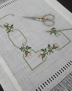 Simple Cross Stitch, Cross Stitch Borders, Cross Stitch Designs, Crochet Bedspread, Couture, Embroidery, Rose, Crafts, Clothes