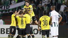 Los visitantes llegaron con la misión de lavarse la cara en el torneo, pero lograron más que eso. Barcelona de dio la sorpresa al ganar en la ciudad de Medellín 3-2 al colombiano Atlético Nacional y mantuvo vivas sus posibilidades en el cierre de la cuarta fecha del Grupo 7 de la Copa Libertadores. March 20, 2015.