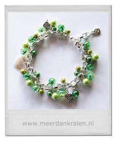 Prachtige jasseron armband met gekettelde parels en crackles in diverse groentinten, daartussen een schelpen hartje, 2 metalen hartjes en afgewerkt met een envelopje Made with Love...