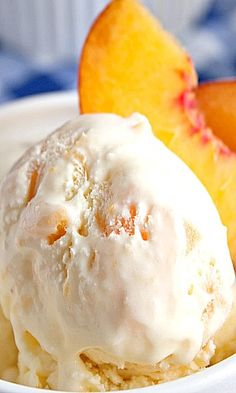 Homemade Peach Ice Cream - perfect homemade treat for summer. Cold Desserts, Ice Cream Desserts, Frozen Desserts, Frozen Treats, Gelato, Mantecaditos, Milk Shakes, Ice Cream Treats, Homemade Ice Cream