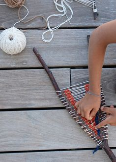 Most current Screen weaving art sticks Popular Stick Loom Weaving Weaving For Kids, Weaving Art, Loom Weaving, Hand Weaving, Weaving Projects, Craft Projects, Craft Ideas, Textiles, Nature Crafts