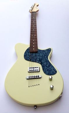 Calumet Stronzetta Guitar in Calypso Cream
