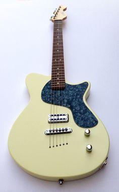 Calumet Stronzetta Guitar in Calypso Cream