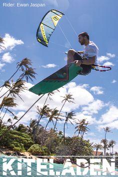 Du bist auf der Suche nach einem Kite für Big Airs und Wave? Dann wirf einen Blick auf den Naish Pivot. Im Bild siehst du Ewan Jaspan einen der radikalsten Kitesurfer auf diesem Planeten. Runde Turns, sehr gutes Lowend und schnell abrufbare Power zeichnen diesesn Freeride Kite aus. #kitesurf #naishkites #kiteboarding