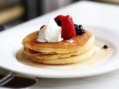 Homemade Pancake Mix -- easy, shelf-stable, and it makes delicious pancakes. Be sure to check out my homemade syrup recipe, too! Sugar Free Pancakes, Gluten Free Pancakes, Pancakes And Waffles, Protein Pancakes, Buckwheat Pancakes, Freeze Pancakes, Easy Homemade Pancakes, My Favorite Food, Favorite Recipes