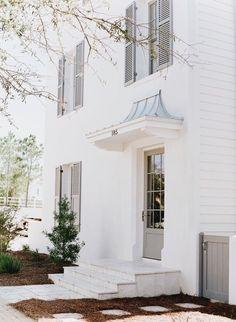 alles weiß und nur die Türen und Fensterläden grau