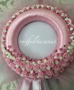 Felt Flower Wreaths, Pink Wreath, Felt Flowers, Floral Wreath, Baby Shower Crafts, Diy And Crafts, Victorian, Crafty, Crosses