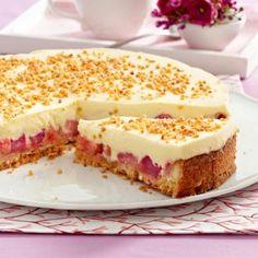 Viel Frucht und sahnige Puddingcreme auf knusprigem Mürbeteig - wir zeigen Ihnen Schritt für Schritt, wie ein köstlicher Creme-Kuchen mit Rhabarber gelingt.