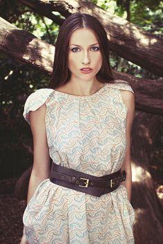 Z posledných letných lúčov...---ZĽAVA--- Šaty z jemného vzorovaného plátna zaujímavého strihu. Opasok neni súčasťou šiat. Veľkosť 36-38. Foto: Martina Crlová Model: Monika Majcherová